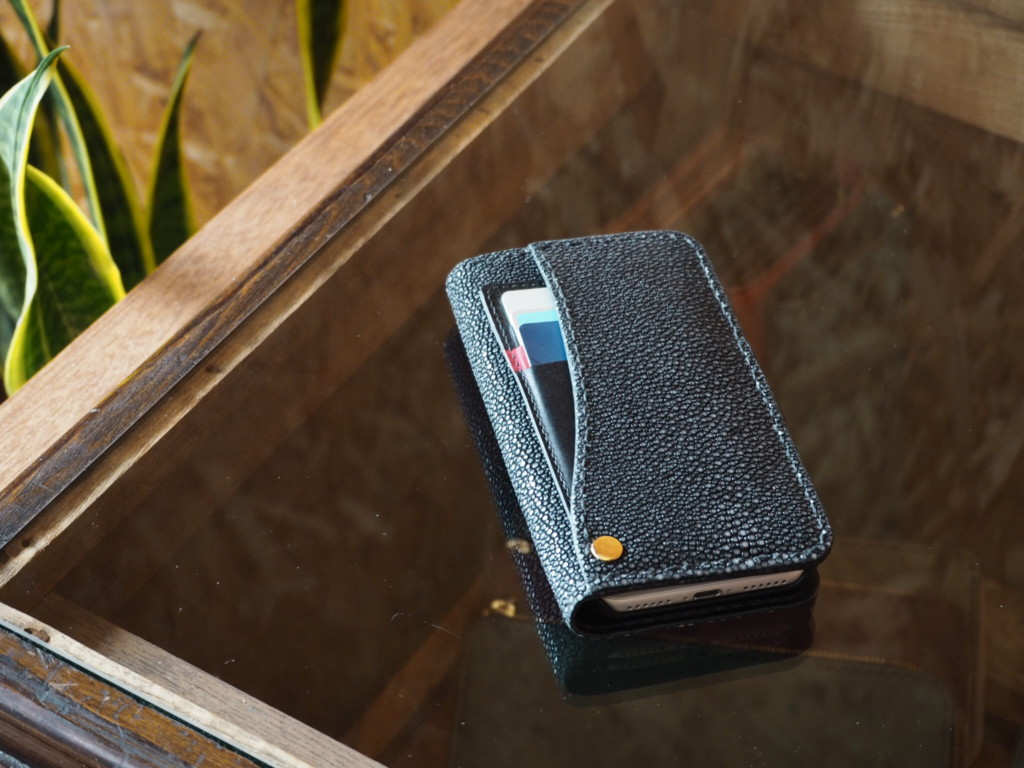 エイ革iphoneケース背面カードポケット